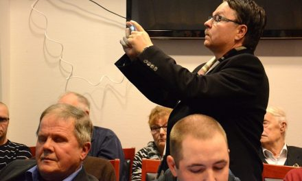 Kinnulan kunnanjohtajan erottamiskokous meni lekkeripeliksi