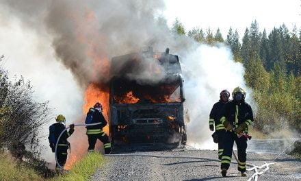 Jätteenkuljetusauto tuhoutui tulipalossa kesken ajon