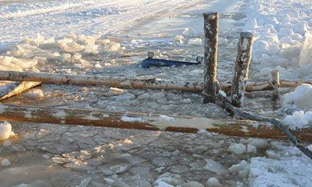Traktori upposi jäihin Saanilla
