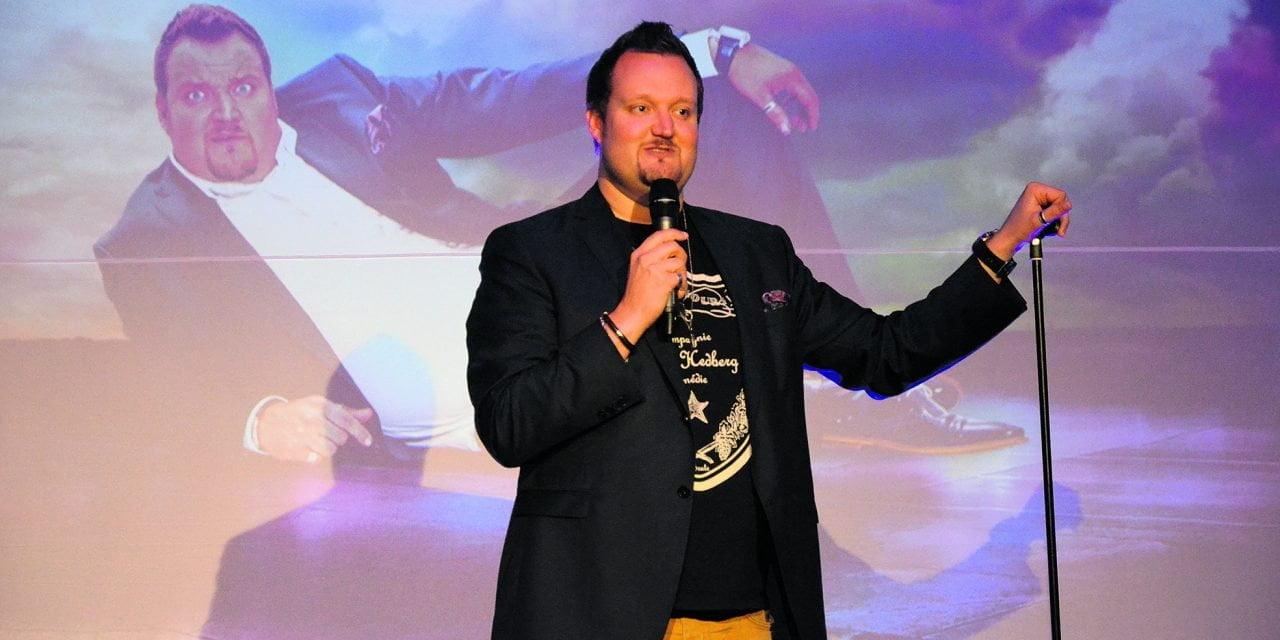 Sami Hedberg antoi vatsalihaksille kyytiä stand up -komiikan tahtiin