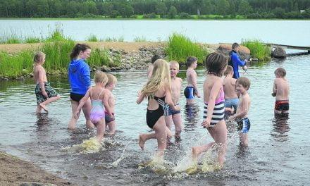 Uimakoulut ovat suosittuja  viileästä kesästä huolimatta