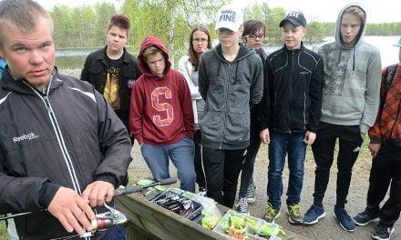 Kalastuspäivästä hupia ja hyötyä Pihtiputaan koululaisille