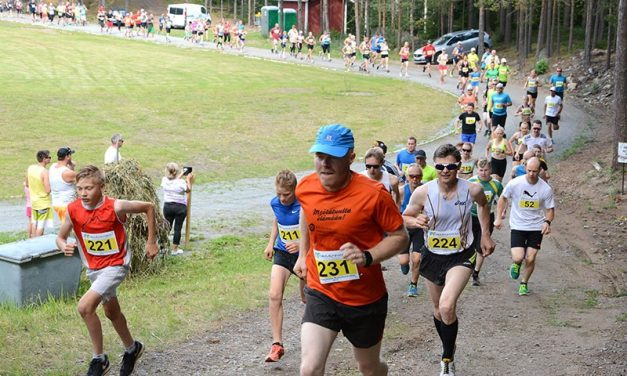 Helle vei juoksijoita Maalaismaratonilta