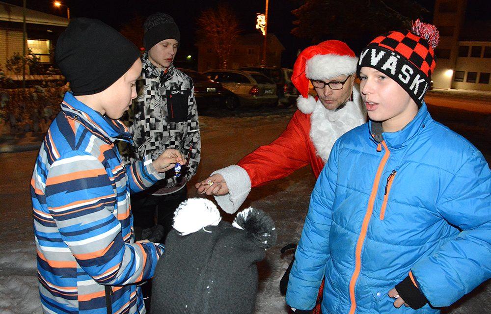 Retupukit tuurasivat Kinnulan joulunavauksessa